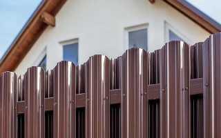 Забор из евроштакетника: пошаговая инструкция и самостоятельный монтаж