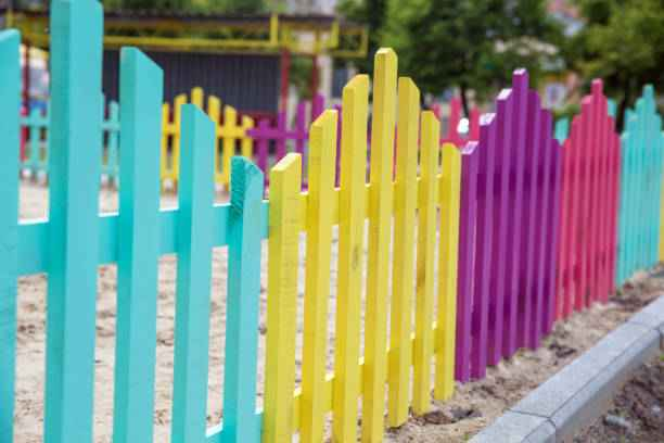 Покраска деревянной изгороди