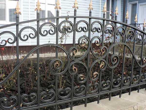 Кованый забор пиками