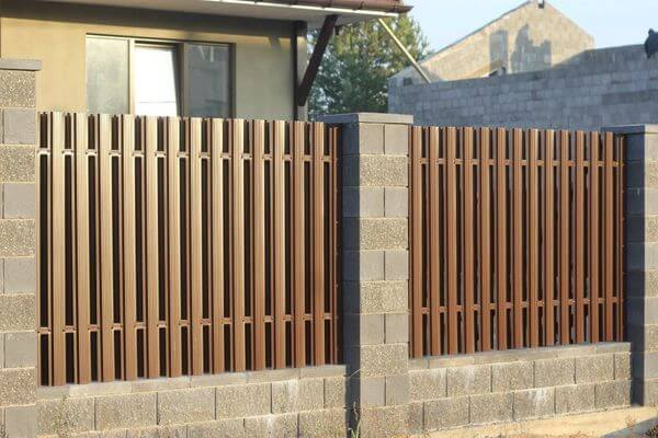 Забор на бетонном основании
