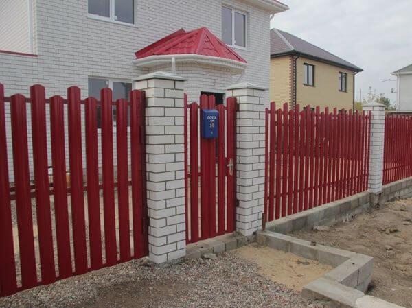 Забор оформлен лесенкой