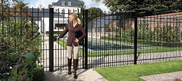 Забор в городе