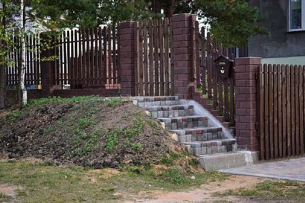 Забор на участке в деревне