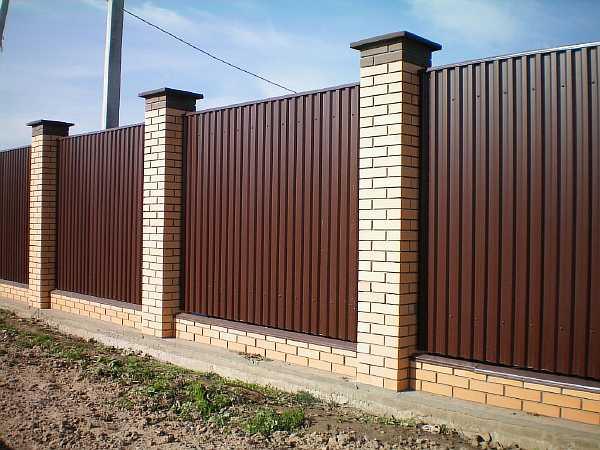 Ограда со столбами