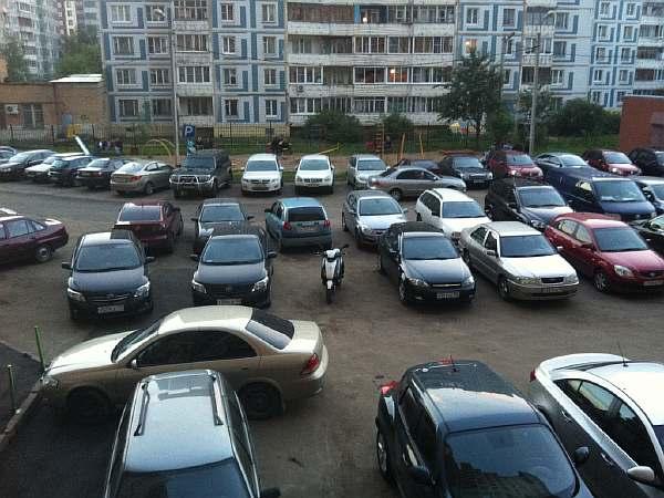 Автомобили во дворе