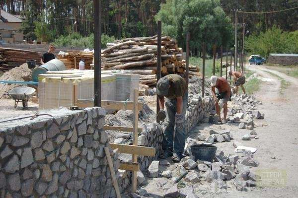 Монтаж каменного фундамента