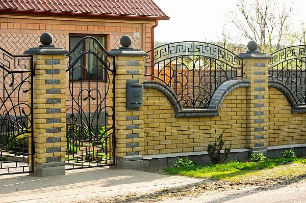 Забор около дома