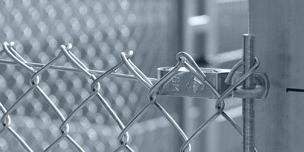 Как натянуть сетку рабицу на забор
