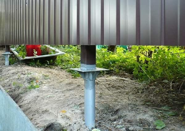 Забор на столбе